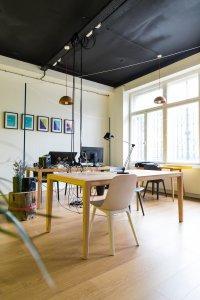 Praca zdalna - aranżacja mieszana jako aranżacja biura - wykorzystaj domowe ściany jako biuro